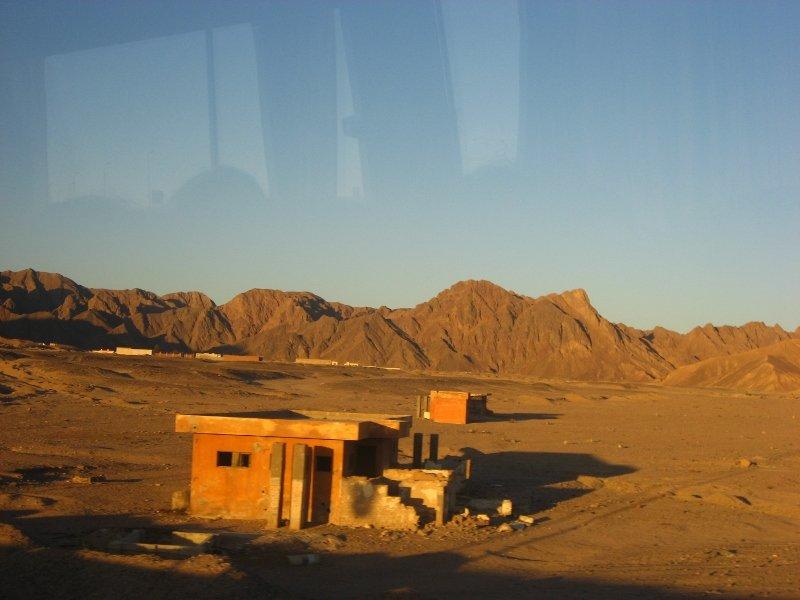 Аравийская пустыня, из Хургады в Луксор, рассвет в пустыне