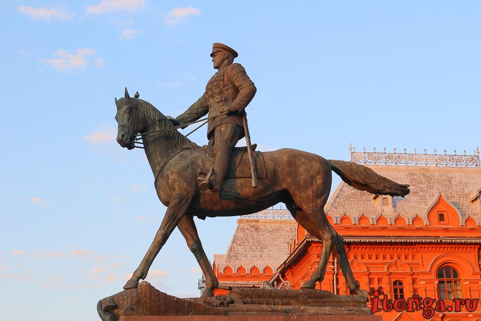 Памятник Жукову на Красной площади в Москве