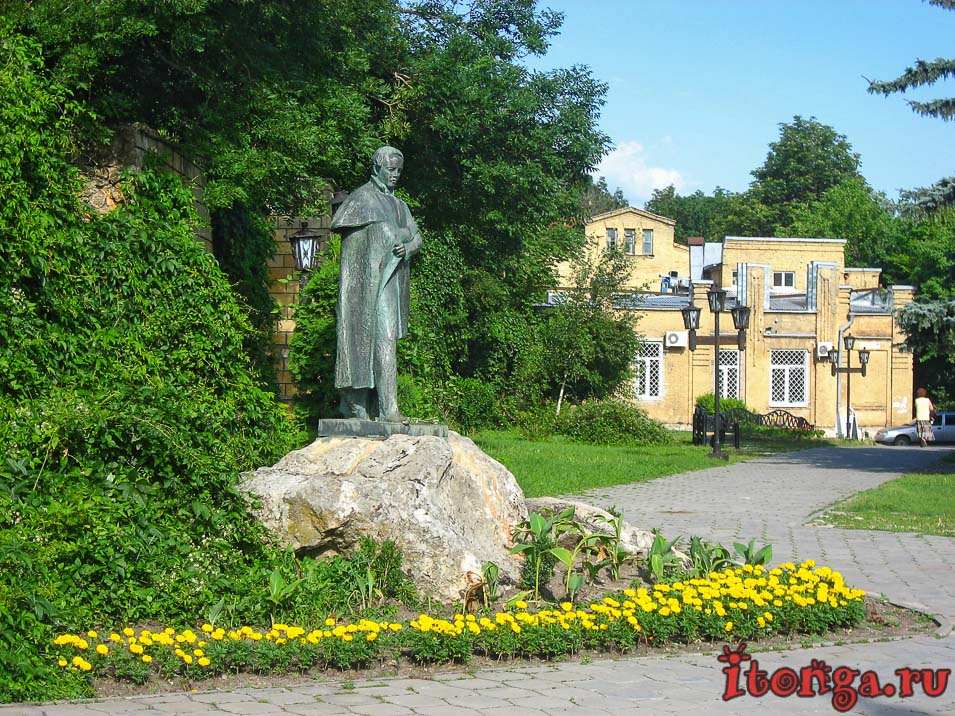 памятник Лермонтову в парке Железноводска