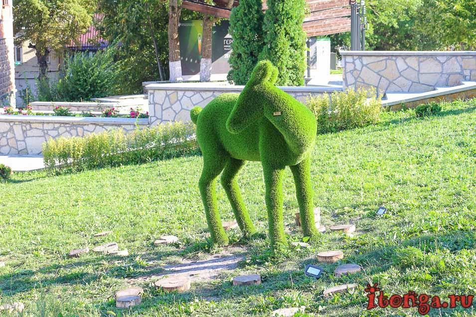 Железноводск, зелёные фигуры, вход в парк