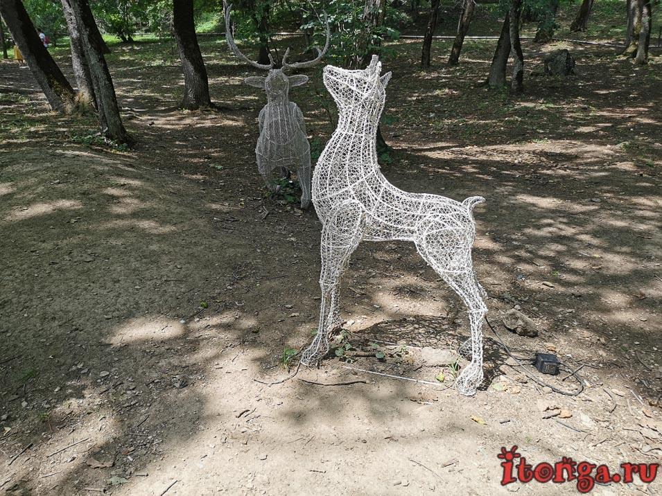парк в Железноводске, фигуры у Славяновского источника