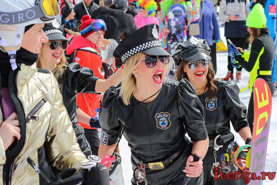 Грелка Фест, Шерегеш, спуск в карнавальных костюмах, девушки, полиция
